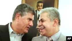 Calon kandidat presiden dan kepala Partai al-Karama Party di Mesir, Hamdeen Sabbahi (kanan), bersama Abdel Hakim Abdel Nasser, putra mantan presiden Mesir. (Foto: Dok)