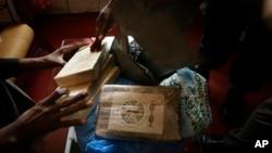 2009年3月11日畿內亞毒品執法機構辦公室顯示沒收的可卡因。