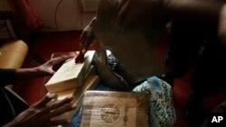 Des sacs de cocaïne confisqués par les autorités, Conakry, Guinée, le 11 mars 2009. (AP Photo/Jerome Delay, File)
