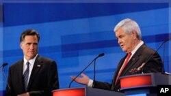 美国共和党总统参选人罗姆尼(左)和金里奇12月15日在爱奥华的辩论会上