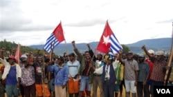 Salah satu demonstrasi para aktivis Organisasi Papua Merdeka (OPM) - foto: dok. Peserta Kongres Papua di Abepura (19/10) dilaporkan mengibarkan bendera Bintang Kejora milik OPM dan membacakan pernyataan kemerdekaan.