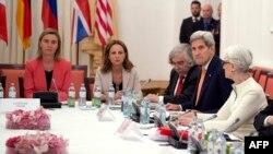 13일 오스트리아 빈에서 열린 핵 협상에 참석한 존 케리 미국 국무장관(오른쪽 2번째)과 웬디 셔먼 정무차관(오른쪽), 페데리카 모게리니 유럽연합 외교안보대표(왼쪽).