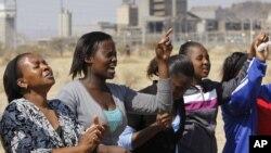 Phụ nữ than khóc tại lễ tưởng niệm 34 thợ mỏ bị bắn chết