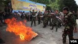 Miembros de la milicia islámica Basij se entrenan en Teherán para reprimir manifestaciones populares.
