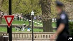 Một cảnh sát Trụ sở Quốc hội nhìn về hướng chiếc máy bay trực thăng hạ cánh ở khuôn viên trụ sở, Washington, 15/4/2015.