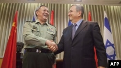 Tổng tham mưu trưởng quân đội Trung Quốc, Tướng Trần Bỉnh Đức và Bộ trưởng Quốc phòng Israel Ehud Barak tại Tel Aviv, ngày 14/8/2011