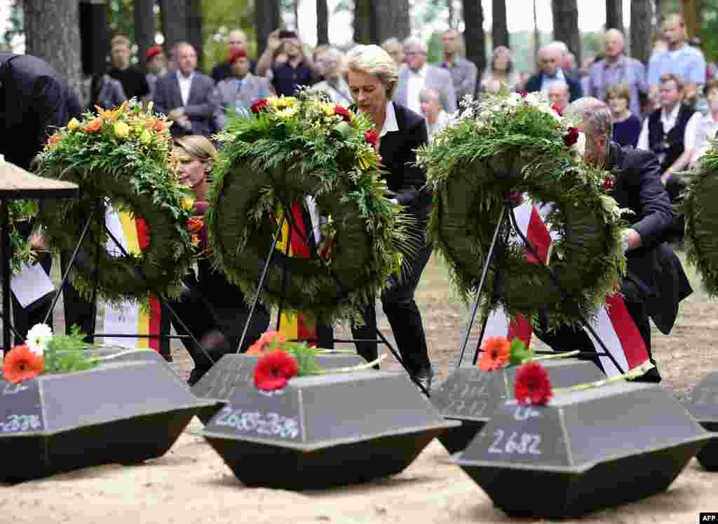 Alman Savunma Bakanı Ursula von der Leyen 2. Dünya Savaşı sırasında ölen 71 askerin kalıntılarının defin töreninde.