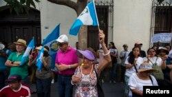 El sábado, cientos de guatemaltecos participaron en una marcha con destino al palacio presidencial en Ciudad de Guatemala para protestar contra un acuerdo.