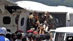 추락한 네팔 여객기의 생존자 구조 현장.