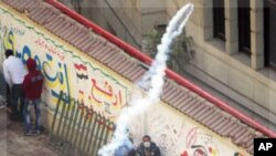 星期一埃及安全部隊向開羅解放廣場上示威者發射催淚彈