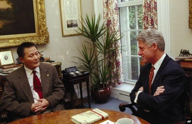 1997年12月8日美国总统克林顿在白宫会见了中国人权倡导者和前中国囚犯魏京生。