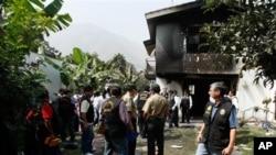 Polisi memeriksa lokasi sekitar klinik rehabilitasi di Chosica, Peru yang terbakar (5/5). Sedikitnya 14 orang tewas dalam peristiwa mengenaskan tersebut.