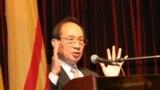 Nhà báo Lê Văn trong một sinh hoạt cộng đồng. (Hình: Tư liệu của báo Luật Pháp & Đời sống)