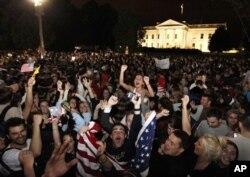 Une foule célébrant la mort de Ben Laden devant la Maison-Blanche