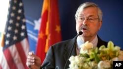 美國駐華大使特里·布蘭斯塔德(Terry Branstad)在慶祝美國牛肉重新引入中國的活動上發表講話。 (2017年6月30日,北京)