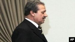 Ông Nawaf Fares, Đại sứ Syria tại Iraq đã đào nhiệm để về phe với lực lượng đối lập, kêu gọi binh sĩ hãy làm theo ông vì, theo lời ông, giết hại chính đồng bào của mình không có gì là vinh quang.
