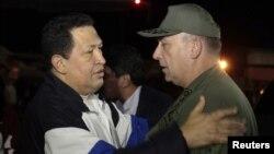 Presiden Venezuela Hugo Chavez (kiri) disambut oleh Menteri Pertahanan Venezuela Admiral Diego Molero, setibanya di bandara Simon Bolivar, Caracas dari pengobatan selama 10 hari di Kuba (7/12).