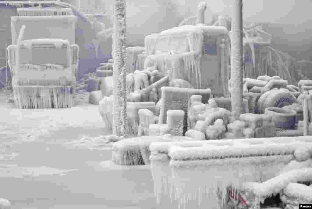 1月23日。 美国芝加哥仓库冰火两重天。火灾后遭雪盖。(路透社)