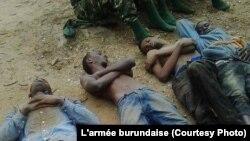 Une photo prise par l'armée burundaise présentant de présumés insurgés accusés pour les attaques contre des camps militaires le 11 décembre 2015, à Bujumbura. L'armée Burundaise