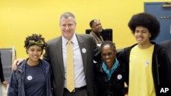 Thị trưởng tân cử Bill de Blasio chụp cùng gia đình tại một địa điểm bầu cử, 5/11/2013, tại khu Park Slope, quận Brooklyn, New York