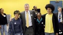 Bill de Blasio ailesiyle birlikte oy vermeye gittiği seçim merkezinden çıkarken