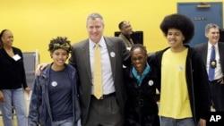 Walikota New York terpilih Bill de Blasio bersama anak dan istri saat meninggalkan tempat pemilihan suara, November 2013. (AP/Mark Lennihan)