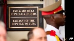 资料:古巴驻美国大使馆门前的仪仗兵