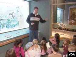 美国学校老师在给小学生上课(美国之音记者 亚微拍摄)