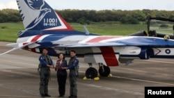 """台湾总统蔡英文在台中清泉岗基地出席台湾研发的""""勇鹰""""新式先进教练机的首次公开飞行。(2020年6月22日)"""