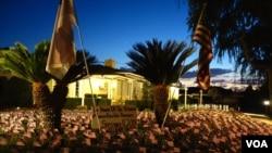 南加州消防员汤利的自家9-11纪念庭院(美国之音国符拍摄)
