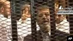 Hình ảnh trên truyền hình nhà nước Ai Cập cho thấy Tổng thống bị lật đổ Mohammed Morsi phát biểu tại phiên tòa ở học viện cảnh sát tại Cairo, ngày 4/11/2013.