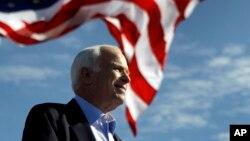 លោក John McCain ថ្លែងនៅក្នុងកន្លែងប្រមូលផ្តុំមួយនៅខាងក្រៅស្តាត Raymond James ក្នុងក្រុង Tampa រដ្ឋ Florida កាលពីថ្ងៃទី៣ ខែវិច្ឆិកា ឆ្នាំ២០០៨។