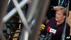 Kanselir Jerman Angela Merkel berbicara kepada media di sela pertemuan pemimpin Uni Eropa di Brussels, Kamis (20/2).