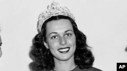 Bess Myerson berpose pada kontes kecantikan tahunan Miss America di Atlantic City, New Jersey, 8 September 1945.