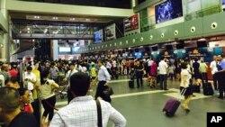 Hành khách tại sân bay Nội Bài, Hà Nội.