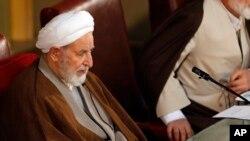 10일 이란 테흐란에서 열린 국가지도자 운영회의에서 새 의장으로 선출된 무함마드 야즈디 위원이 자리에 착석해있다.