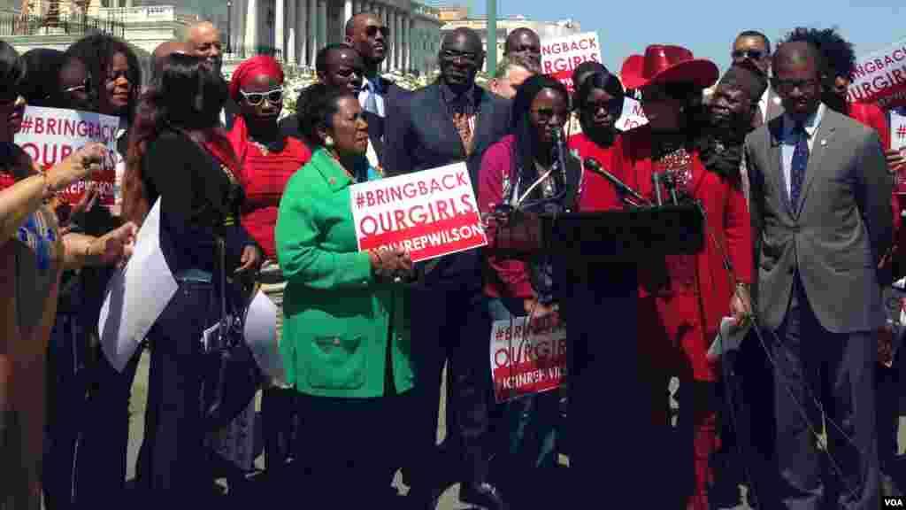 Saa, une ancienne lycéenne de Chibok au Nigeria, qui s'est fait enlever par Boko Haram mais qui a réussi à s'échapper, parle pour une conférence de presse pour les deux ans de capture des Chiboks Girls, devant le Capitole à Washington D.C, 14 avril 2016. (VOA / Maylis Haegel)