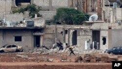 库尔德武装和伊斯兰国激进分子争夺科巴尼城,一名库尔德战士赶往阵地
