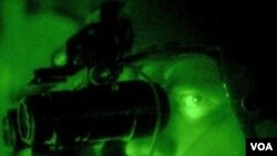 Seorang tentara AS menggunakan teropong malam. Teropong ini termasuk peralatan senjata yang dilarang diekspor tanpa izin tertulis pemerintah AS.