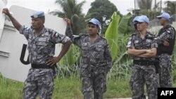 Lực lượng gìn giữ hòa bình bên ngoài Trụ sở Liên Hiệp Quốc ở Abidjan