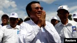 ຜູ້ນຳຝ່າຍຄ້ານກຳປູເຈຍ ທ່ານ Kem Sokha ປະທານພັກ Cambodia National Rescue Party, ກຳລັງໄປເຖິງ ບ່ອນໂຮມຊຸມນຸມທີ່ນະຄອນພະນົມເປັນ, 2 ພຶດສະພາ, 2017.
