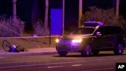 Esta imagen tomada de un video provisto por ABC-15 muestra a investigadores en el lugar del fatal accidente que involucró a un vehículo autónomo de Uber en Tempe, Arizona, el 19 de marzo de 2018.