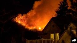 Los intensos vientos complican las tareas de las autoridades. Aunque el incendio abarca sólo entre unas 12 y 20 hectáreas, varias viviendas han sido evacuadas y otros vecinos han sido avisados que les podría tocar salir pronto.