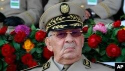 Le chef d'état-major algérien, le général Ahmed Gaid Salah, présidant un défilé militaire à Alger, le 1er juillet 2018.