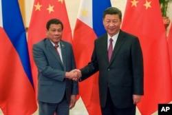 지난해 5월 시진핑 중국 국가주석(오른쪽)이 베이징을 방문한 로드리고 두테르테 필리핀 대통령을 만나 악수하고 있다.