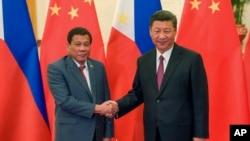 """Tư liệu - TT Philippine Rodrigo Duterte, trái, và Chủ tịch TQ Tập Cận Bình chụp ảnh trước cuộc họp song phương bên lệ Hội nghị """"Vành Đai-Con Đường"""" hôm 15/5/2017 (Etienne Oliveau/Pool Photo via AP)"""