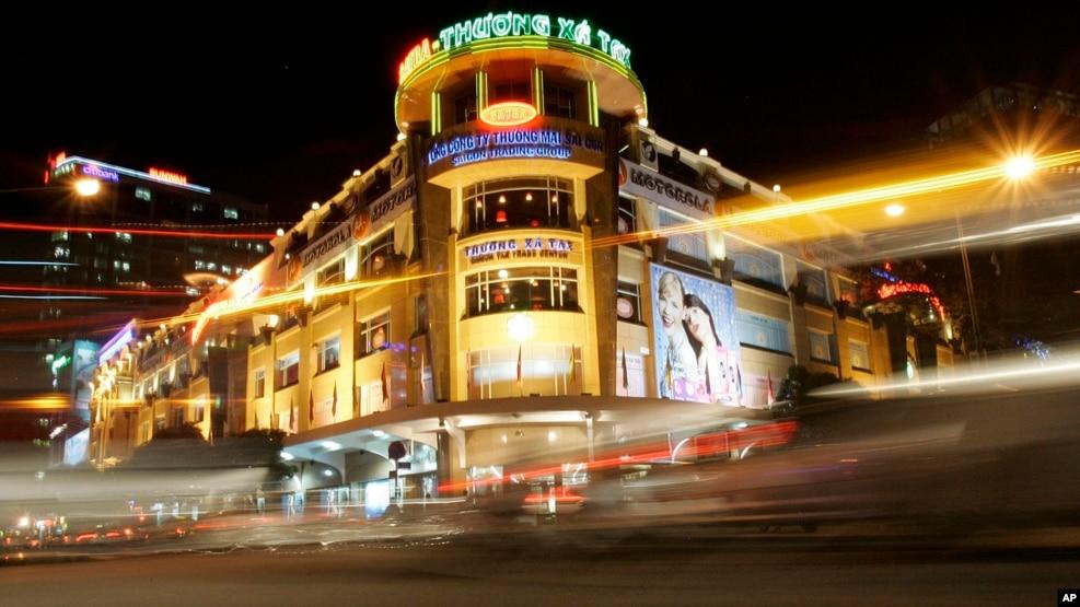 Bảng hiệu của các doanh nghiệp nước ngoài được nhìn thấy xung quanh Thương Xá Tax ở thành phố Hồ Chí Minh. (Ảnh tư liệu)