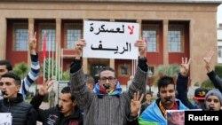 Les activistes amazighs protestent contre le gouvernement la veille de la célébration du 2967ème nouvel an de l'Amazighé, près du parlement, à Rabat, Maroc, 13 janvier 2017.