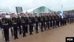 两个星期前在莫斯科郊外一个武器展开幕式上的俄军仪仗队。军旗是俄军海军军旗