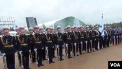 兩個星期前﹐在莫斯科郊外一個武器展開幕式上的俄軍儀仗隊。軍旗是俄軍海軍軍旗。
